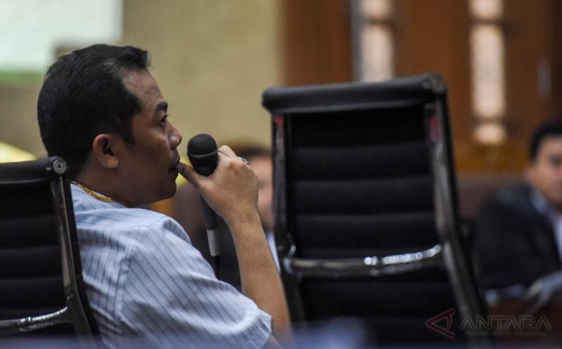 Direktur Operasional PT Rakabu Sejahtera Arif Budi Sulistyo menjadi saksi pada sidang kasus dugaan suap pengurusan pajak dengan terdakwa Ramapanicker Rajamohanan Nair di Pengadilan Tipikor, Jakarta, Senin (20/3/2017). Sidang tersebut menghadirkan tiga saksi yang dihadirkan Jaksa Penuntut Umum dan salah satunya Arif Budi Sulistyo yang merupakan adik ipar Presiden Joko Widodo.