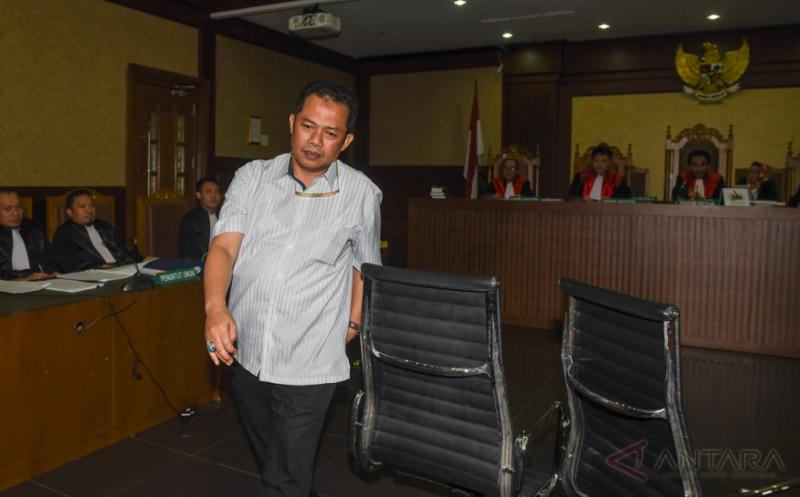 Direktur Operasional PT Rakabu Sejahtera Arif Budi Sulistyo berjalan meninggalkan ruang sidang usai menjadi saksi pada sidang kasus dugaan suap pengurusan pajak dengan terdakwa Ramapanicker Rajamohanan Nair di Pengadilan Tipikor, Jakarta, Senin (20/3/2017). Sidang tersebut menghadirkan tiga saksi yang dihadirkan Jaksa Penuntut Umum dan salah satunya Arif Budi Sulistyo yang merupakan adik ipar Presiden Joko Widodo.
