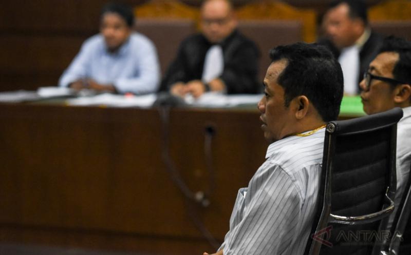 Direktur Operasional PT Rakabu Sejahtera Arif Budi Sulistyo (kedua kanan) menjadi saksi pada sidang kasus dugaan suap pengurusan pajak dengan terdakwa Ramapanicker Rajamohanan Nair di Pengadilan Tipikor, Jakarta, Senin (20/3/2017). Sidang tersebut menghadirkan tiga saksi yang dihadirkan Jaksa Penuntut Umum dan salah satunya Arif Budi Sulistyo yang merupakan adik ipar Presiden Joko Widodo.