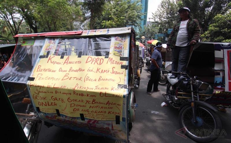 Mematikan Sumber Pendapatan, Ratusan Pengemudi Bentor Demo Penutupan Transportasi Online