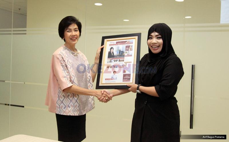 Direktur News & Content Okezone Sylviana Pravita memberikan cinderamata kepada Presiden Direktur & CEO BCA Life, Christine Setyabudhi usai acara CEO Talk di Kantor Redaksi Okezone, Gedung iNews TV, Jakarta, Senin (20/3/2017).