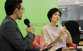 Presiden Direktur & CEO BCA Life, Christine Setyabudhi (kanan) saat berbicara pada acara CEO Talk di Kantor Redaksi Okezone, Gedung iNews TV, Jakarta, Senin (20/3/2017). Dalam kesempatan ini, Christine Setyabudhi menjelaskan tantangannya memimpin perusahaan besar BCA Life.