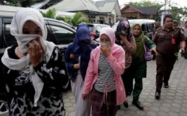 Petugas Kejaksaan (kanan) dan personel Wilayatul Hisbah atau polisi syariat Islam menggiring terpidana yang akan menjalani hukum cambuk di halaman Masjid Baitul Mukminin, Desa Lamteh, Banda Aceh, Aceh, (20/3/2017). Mahkamah Syar'iah Kota Banda Aceh menvonis 12 terpidana pelanggar Peraturan Daerah (Qanun) Nomor 6/2014 tentang Ikhtilath (perbuatan bermesraan bukan dengan muhrimnya) dan qanun nomor 13/2003 tentang perjudian untuk penegakan hukum Syariat Islam yang telah berlaku di Provinsi Aceh.