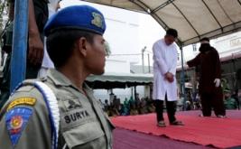 Algojo (kanan) mengeksekusi cambuk terpidana pelanggar hukum syarait islam di halaman Masjid Baitul Mukminin, Desa Lamteh, Banda Aceh, Aceh, (20/3/2017). Mahkamah Syar'iah Kota Banda Aceh menvonis 12 terpidana pelanggar Peraturan Daerah (Qanun) Nomor 6/2014 tentang Ikhtilath (perbuatan bermesraan bukan dengan muhrimnya) dan qanun nomor 13/2003 tentang perjudian untuk penegakan hukum Syariat Islam yang telah berlaku di Provinsi Aceh.  ANTARA FOTO/Irwansyah Putra/kye/17.