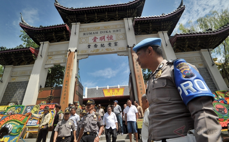 Sejumlah polisi berjaga di depan rumah duka HBT, di Jalan Klenteng, Padang, Sumatra Barat, Senin (20/3/2017). Penjagaan tersebut terkait aksi protes warga Jalan Pasa Batipuh, Pasa Gadang, terhadap tempat pembakaran mayat di Rumah Duka HBT yang dinilai tidak pantas berada di dekat permukiman warga.
