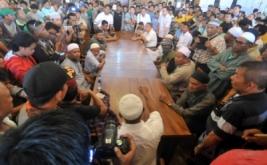 Sejumlah warga Jalan Pasa Batipuh, Pasa Gadang, melakukan aksi protes di rumah duka HBT, di Jalan Klenteng, Padang, Sumatra Barat, Senin (20/3/2017). Mereka memprotes tempat pembakaran mayat di Rumah Duka HBT yang dinilai tidak pantas berada di dekat permukiman warga.