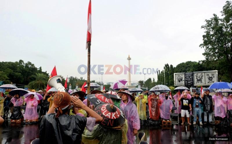 Puluhan petani kembali melakukan aksi unjuk rasa di depan Istana Merdeka, Jakarta Pusat, Senin (20/3/2017). Mereka menuntut penghentian proyek pembangunan pabrik semen di area Pegunungan Kendeng, Rembang, Jawa Tengah.