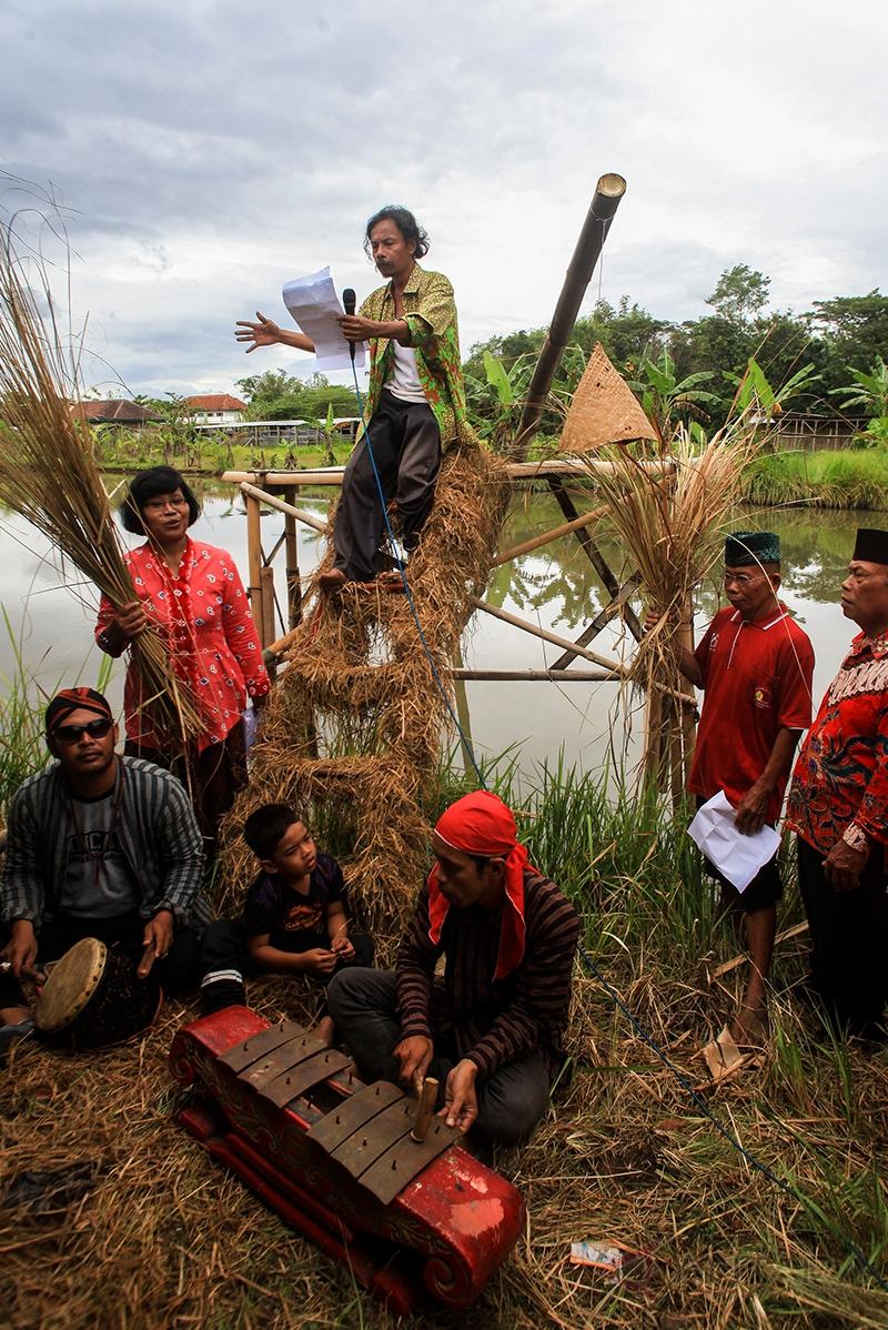 Anggota Sanggar Clemot mambaca puisi secara serentak di persawahan Desa Kenep, Sukoharjo, Jawa Tengah, Senin (20/3/2017). Pembacaan puisi dengan tema alam dan pedesaan tersebut untuk menampilkan potensi kreatif warga Desa Kenep sebagai salah satu desa wisata kreatif alternatif.
