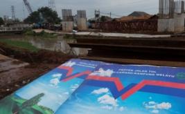 Suasana pembangunan jalan tol Bekasi-Cawang-Kampung-Melayu (Becakayu), di kawasan Kalimalang, Jakarta, Senin (20/3/2017). Percepatan pembangunan jalan tol yang telah tertunda selama 22 tahun itu diharapkan dapat mengurangi kemacetan di sekitar Jalan Kalimalang menuju Bekasi.