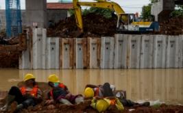 Pekerja beristirahat di kawasan proyek pembangunan jalan tol Bekasi-Cawang-Kampung-Melayu (Becakayu), Kalimalang, Jakarta, Senin (20/3/2017). Percepatan pembangunan jalan tol yang telah tertunda selama 22 tahun itu diharapkan dapat mengurangi kemacetan di sekitar Jalan Kalimalang menuju Bekasi.