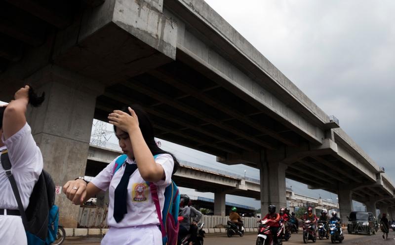 Pejalan kaki melintas di sekitar lokasi pembangunan jalan tol Bekasi-Cawang-Kampung-Melayu (Becakayu), di kawasan Kalimalang, Jakarta, Senin (20/3/2017). Percepatan pembangunan jalan tol yang telah tertunda selama 22 tahun itu diharapkan dapat mengurangi kemacetan di sekitar Jalan Kalimalang menuju Bekasi.
