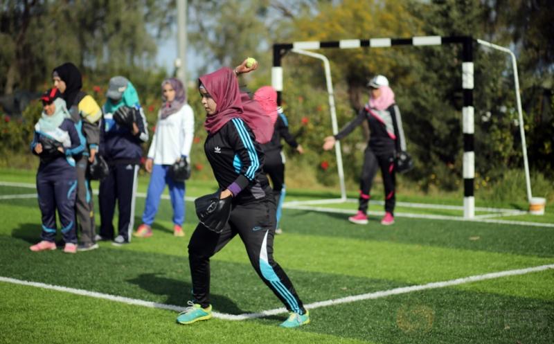 Sejumlah perempuan muslim Palestina mengikuti sesi latihan bisbol di Khan Younis, Palestina, Minggu (19/3/2017) waktu setempat. (REUTERS/Mohammed Salem)