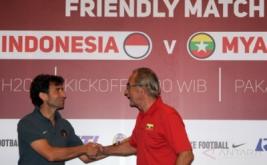 Pelatih Timnas Indonesia U-22 Luis Milla (kiri) berjabat tangan dengan pelatih Timnas Myanmar Gerd Zeise seusai menggelar jumpa pers di Sentul, Bogor, Jawa Barat, Senin (20/3/2017). Timnas Indonesia U-22 akan menjalani pertandingan persahabatan dengan Timnas Myanmar pada Selasa 21 Maret 2017 pukul 16.00 WIB.