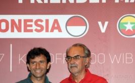 Pelatih Timnas Indonesia U-22 Luis Milla (kiri) berbincang dengan pelatih Timnas Myanmar Gerd Zeise seusai menggelar jumpa pers di Sentul, Bogor, Jawa Barat, Senin (20/3/2017). Timnas Indonesia U-22 akan menjalani pertandingan persahabatan dengan Timnas Myanmar pada Selasa 21 Maret 2017 pukul 16.00 WIB.