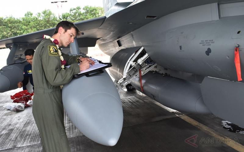 """Pilot Angkatan Udara Amerika Serikat (USAF) Jason Clugston menandatangani """"log-book"""" pesawat tempur F-16 di Shelter Skuadron Udara 3 sesaat setelah mendarat di Pangkalan Udara TNI AU Iswahjudi, Magetan, Jatim, Senin (20/3/2017). Dua unit pesawat tempur F-16 C/D bagian dari 24 pesawat tempur hibah dari Amerika Serikat yang rencananya akan melengkapi Skuadron Udara 3 Lanud Iswahjudi dan Skuadron Udara 16 Lanud Rusmin Nuryadin Pekanbaru, tiba di Lanud Iswahjudi. Dari 24 pesawat, 16 unit di antaranya sudah dikirim secara bertahap."""