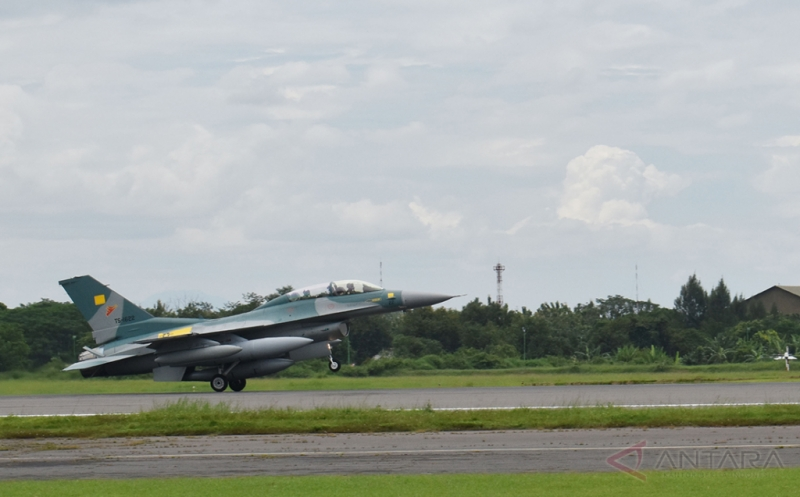 Pesawat tempur F-16 dari Amerika Serikat mendarat di Lanud Iswahjudi, Magetan, Jatim, Senin (20/3/2017). Dua unit pesawat tempur F-16 C/D bagian dari 24 pesawat tempur hibah dari Amerika Serikat yang rencananya akan melengkapi Skuadron Udara 3 Lanud Iswahjudi dan Skuadron Udara 16 Lanud Rusmin Nuryadin Pekanbaru, tiba di Lanud Iswahjudi. Dari 24 pesawat, 16 unit di antaranya sudah dikirim secara bertahap.