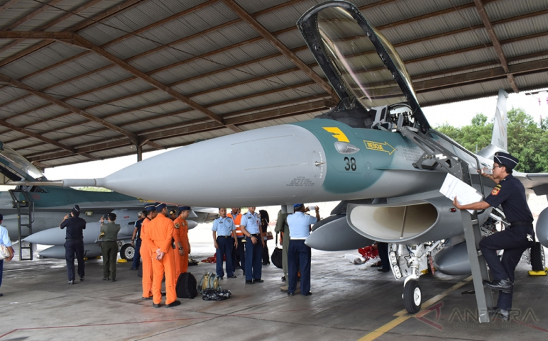 Petugas bea cukai memeriksa pesawat tempur F-16 di Shelter Skuadron Udara 3 sesaat setelah mendarat di Pangkalan Udara TNI AU Iswahjudi, Magetan, Jatim, Senin (20/3/2017). Dua unit pesawat tempur F-16 C/D bagian dari 24 pesawat tempur hibah dari Amerika Serikat yang rencananya akan melengkapi Skuadron Udara 3 Lanud Iswahjudi dan Skuadron Udara 16 Lanud Rusmin Nuryadin Pekanbaru, tiba di Lanud Iswahjudi. Dari 24 pesawat, 16 unit di antaranya sudah dikirim secara bertahap.