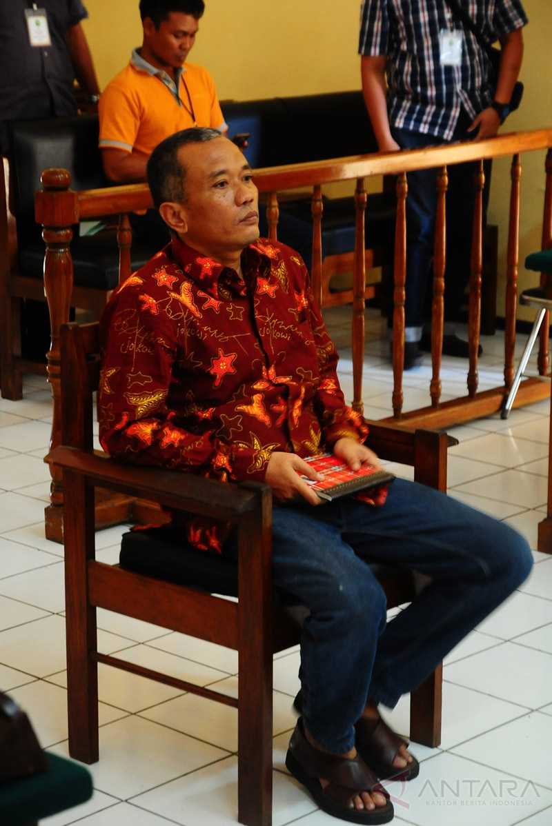 Tersangka kasus penulis buku Jokowi Undercover, Bambang Tri Mulyono, menjalani sidang perdana di Pengadilan Negeri Blora, Jawa Tengah, Senin (20/3/2017). Sidang tersebut mengagendakan pembacaan dakwaan dari Jaksa Penuntut Umum (JPU). Bambang Tri didakwa melanggar Pasal 28 ayat 2 UU ITE karena menyebarkan informasi untuk menimbulkan rasa kebencian atau permusuhan terhadap individu atau kelompok masyarakat tertentu berdasarkan atas suku, agama, ras, dan antargolongan dengan ancaman hukuman maksimal lima tahun.