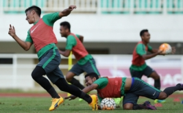 Sejumlah pemain Timnas Indonesia U-22 mengikuti sesi latihan di Stadion Pakansari, Cibinong, Bogor, Jawa Barat, Senin (20/3/2017). Timnas Indonesia U-22 akan menjalani pertandingan persahabatan dengan Timnas Myanmar pada Selasa 21 Maret 2017 pukul 16.00 WIB.