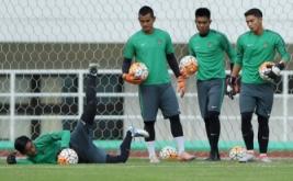 Para penjaga gawang Timnas Indonesia U-22 mengikuti sesi latihan di Stadion Pakansari, Cibinong, Bogor, Jawa Barat, Senin (20/3/2017). Timnas Indonesia U-22 akan menjalani pertandingan persahabatan dengan Timnas Myanmar pada Selasa 21 Maret 2017 pukul 16.00 WIB.