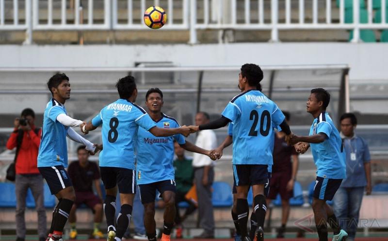 Sejumlah pemain Timnas Myanmar mengikuti sesi latihan di Stadion Pakansari, Cibinong, Bogor, Jawa Barat, Senin (20/3/2017). Timnas Myanmar akan menjalani pertandingan persahabatan dengan Timnas Indonesia U-22 pada Selasa 21 Maret 2017 pukul 16.00 WIB.