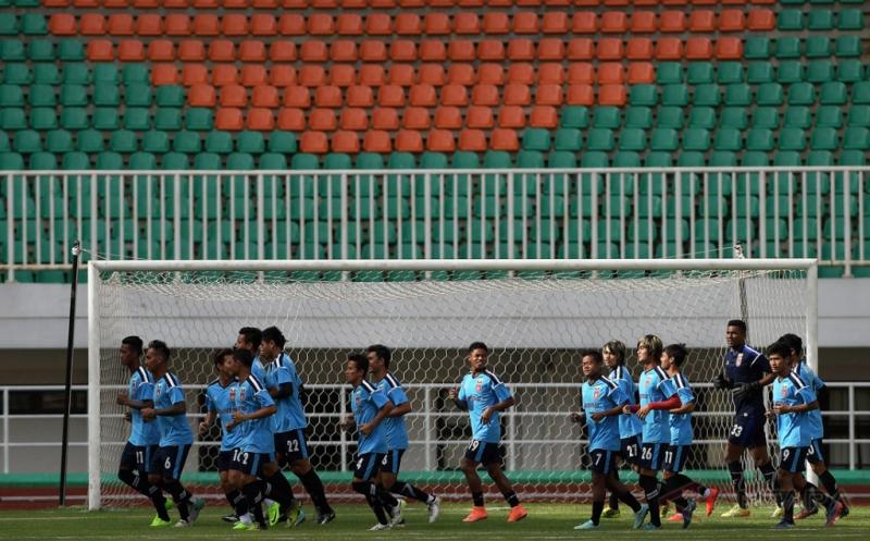 Sejumlah pemain Timnas Myanmar melakukan pemanasan saat mengikuti sesi latihan di Stadion Pakansari, Cibinong, Bogor, Jawa Barat, Senin (20/3/2017). Timnas Myanmar akan menjalani pertandingan persahabatan dengan Timnas Indonesia U-22 pada Selasa 21 Maret 2017 pukul 16.00 WIB.