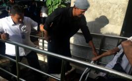 Perwakilan petani Kendeng yang disemen kakinya memasuki Istana untuk diterima Kepala Staf Kepresidenan Teten Masduki di Gedung Bina Graha, Kompleks Istana, Jakarta, Senin (20/3/2017). Dalam pertemuan itu disepakati bahwa Semen Indonesia akan berhenti melakukan aktivitas penambangan serta menunda peresmian pabrik yang semula direncanakan April 2017.