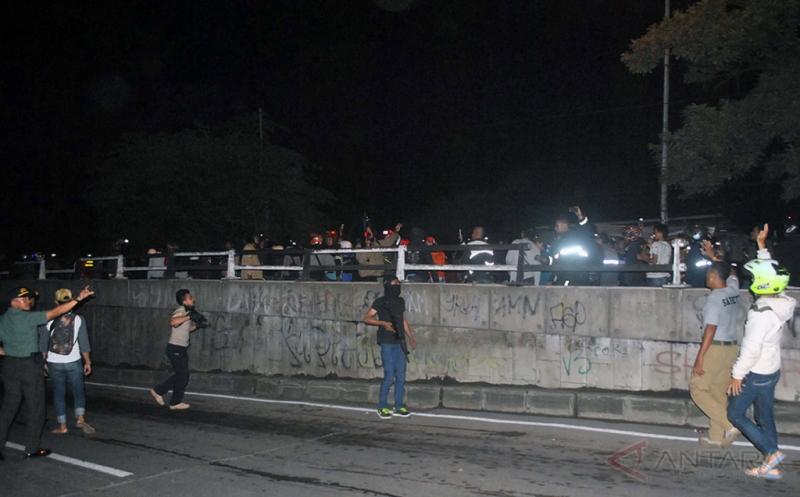 Anggota Polresta Bogor Kota membawa senjata untuk membubarkan massa pengemudi ojek 'online' di jalan KH. Sholeh Iskandar, Kota Bogor, Jawa Barat, Senin (20/3/2017). Polisi membubarkan mereka yang ingin melakukan 'sweeping' terhadap sopir angkot, untuk mencegah bentrok.