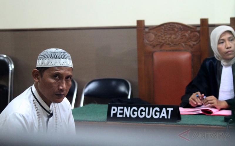 Terdakwa kasus vaksin palsu, Agus Priyanto mendengarkan keterangan hakim saat mengikuti sidang putusan di Pengadilan Negeri Bekasi, Kota Bekasi, Jawa Barat, Senin (20/3/2017). Agus Priyanto dijatuhkan hukuman sembilan tahun penjara berikut denda Rp100 juta subsider satu bulan, karena terbukti bersalah memproduksi dan mengedarkan alat kesehatan yang tidak memiliki izin edar sejumlah jenis vaksin palsu.