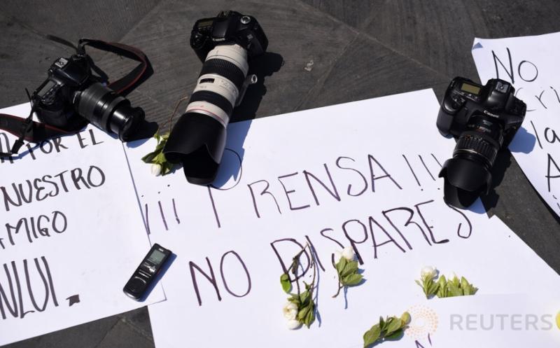 Sejumlah kamera diletakkan dalam aksi unjuk rasa sejumlah jurnalis di Veracruz, Meksiko, Senin (20/3/2017) waktu setempat. Dalam aksinya para jurnalis mendesak pihak berwenang mengusut tuntas kematian rekan mereka, Ricardo Monlui Cabrera. Untuk diketahui, Ricardo Monlui ditembak mati saat meninggalkan sebuah restoran di Veracruz bersama istri dan anaknya. (REUTERS/Yahir Ceballos)