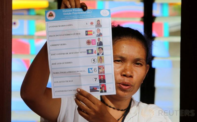 Petugas menunjukkan surat suara pada penghitungan suara Pemilihan Presiden Timor Leste di Dili, Timor Leste, Senin (20/3/2017) waktu setempat. Sebanyak delapan kandidat Presiden Timor Leste bertarung dalam Pilpres Timor Leste. (REUTERS/Lirio da Fonseca)