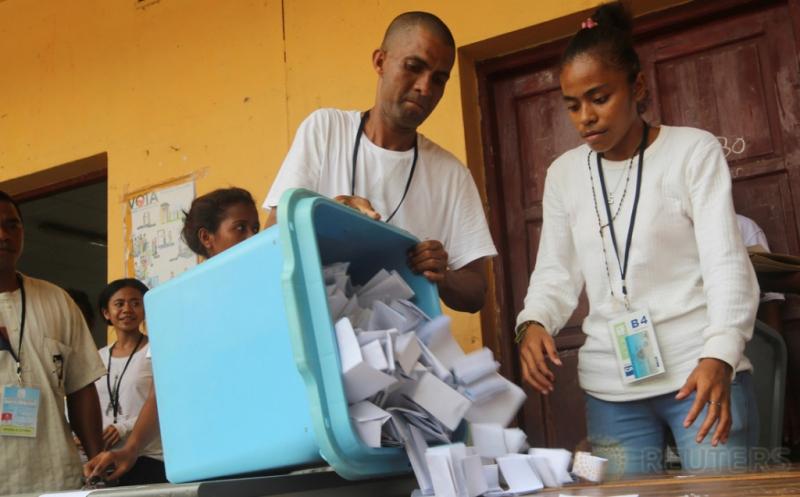 Petugas menuangkan wadah berisi surat suara dalam penghitungan suara Pemilihan Presiden Timor Leste di Dili, Timor Leste, Senin (20/3/2017) waktu setempat. Sebanyak delapan kandidat Presiden Timor Leste bertarung dalam Pilpres Timor Leste. (REUTERS/Lirio da Fonseca)