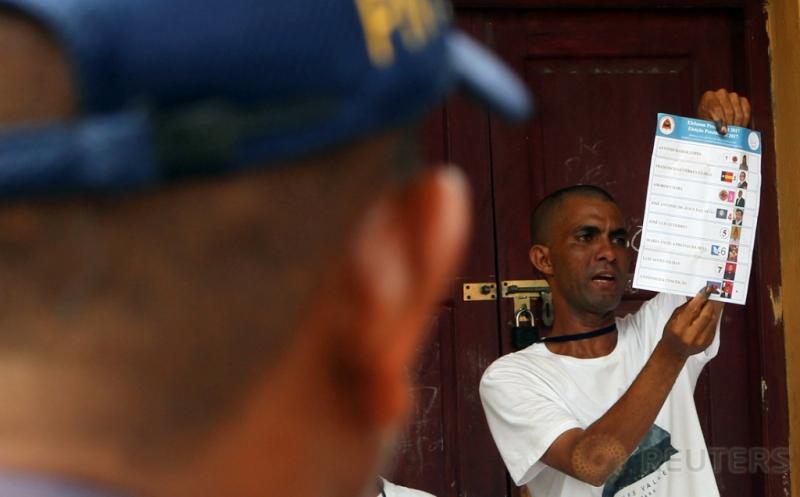 Petugas melakukan penghitungan suara Pemilihan Presiden Timor Leste di Dili, Timor Leste, Senin (20/3/2017) waktu setempat. Sebanyak delapan kandidat Presiden Timor Leste bertarung dalam Pilpres Timor Leste. (REUTERS/Lirio da Fonseca)