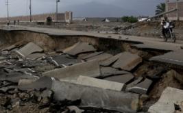Jalan Raya Evitamiento hancur akibat terjangan banjir bandang di Trujillo, Peru Utara, Senin (20/3/2017) waktu setempat. (REUTERS/Douglas Juarez)