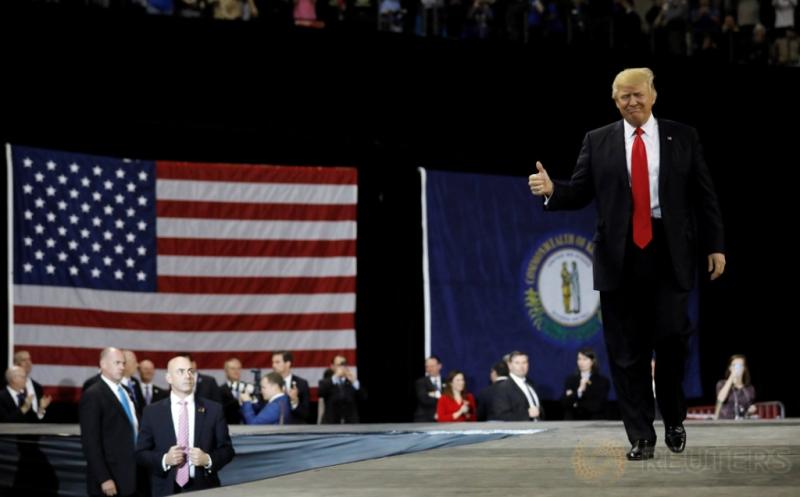 Presiden Amerika Serikat (AS) Donald Trump mengacungkan jempol sebelum memberikan pidatonya di Louisville, Kentucky, AS, Senin (20/3/2017) waktu setempat.