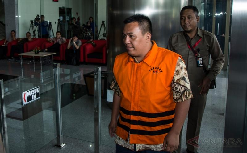 Tersangka kasus dugaan korupsi pengadaan alat kesehatan Rumah Sakit Khusus Pendidikan Penyakit Infeksi dan Pariwisata Universitas Udayana tahun 2009 Marisi Matondang bersiap untuk menjalani pemeriksaan di Gedung KPK, Jakarta, Selasa (21/3/2017). Direktur Utama PT Mahkota Negara yang telah ditetapkan sebagai tersangka sejak 4 Desember 2014 tersebut diperiksa sebagai tersangka atas dugaan korupsi mark up dalam pengadaan alat kesehatan RS Khusus Pendidikan Penyakit Infeksi dan Pariwisata Universitas Udayana tahun 2009 dengan kerugian negara sekitar Rp 7 miliar.