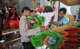 Dua pekerja menyelesaikan pesanan Ogoh-Ogoh atau boneka raksasa untuk perayaan Hari Nyepi di Kelurahan Sesetan, Denpasar, Bali, Selasa (21/3/2017). Umat Hindu di Bali saat ini menyiapkan sekitar 7.000 Ogoh-Ogoh yang akan diarak di jalan raya pada malam menjelang Hari Raya Nyepi Tahun Baru Saka 1939.