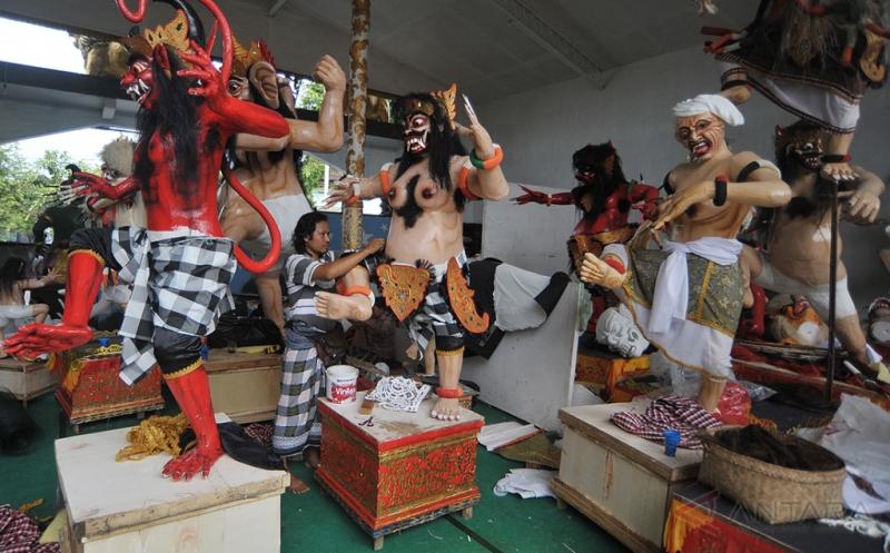 Seorang pekerja menyelesaikan pesanan Ogoh-Ogoh atau boneka raksasa untuk perayaan Hari Nyepi di Kelurahan Sesetan, Denpasar, Bali, Selasa (21/3/2017). Umat Hindu di Bali saat ini menyiapkan sekitar 7.000 Ogoh-Ogoh yang akan diarak di jalan raya pada malam menjelang Hari Raya Nyepi Tahun Baru Saka 1939.