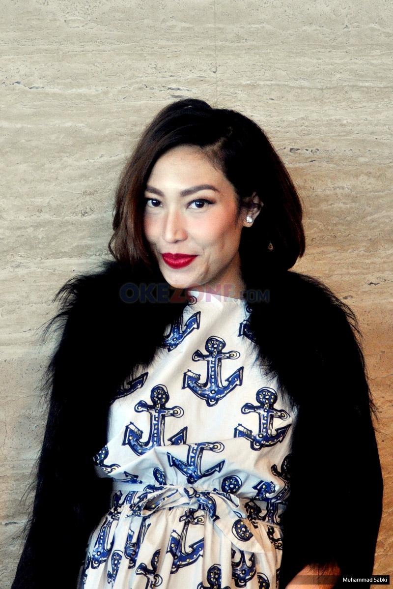 Host Dahsyat Ayu Dewi saat ditemui usai konferensi pers HUT ke-9 Dahsyat di MNC Tower 2, Kebon Jeruk, Jakarta Barat, Senin (20/3/2017). Memasuki bulan kelima usia kandungannya, Ayu Dewi tampil cantik dan enerjik.
