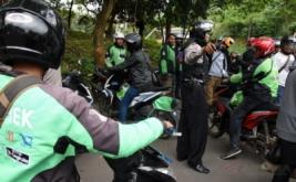 Polisi membubarkan kerumunan sopir angkutan kota (angkot) yang tengah melakukan aksi mogok beroperasi dan diduga akan melakukan sweeping terhadap pengemudi ojek online di Simpangan Depok, Jawa Barat, Selasa (21/3/2017). Polisi melakukan hal tersebut untuk mengantisipasi melebarnya aksi sweeping akibat bentrok yang terjadi di Bogor.