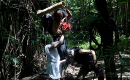 Seniman dari Legus Studio membawakan repertoar berjudul Jejak Rimba di Hutan Kota Babakan Siliwangi pada peringatan Hari Kehutanan Se-Dunia yang diperingati setiap 21 Maret, Bandung, Jawa Barat, Selasa (21/3/2017). Jejak Rimba merupakan bentuk penyadaran kepada khalayak luas mengenai pentingnya menjaga kelestarian hutan untuk menjaga keseimbangan alam.