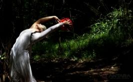Lena Guslina koreografer dari Legus Studio tampil membawakan repertoar berjudul Jejak Rimba di Hutan Kota Babakan Siliwangi pada peringatan Hari Kehutanan Se-Dunia yang diperingati setiap 21 Maret, Bandung, Jawa Barat, Selasa (21/3/2017). Jejak Rimba merupakan bentuk penyadaran kepada khalayak luas mengenai pentingnya menjaga kelestarian hutan untuk menjaga keseimbangan alam.