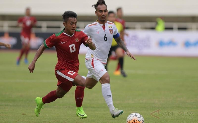 Pesepak bola Timnas U-22 Indonesia Febri Hariyadi (kiri) menggiring bola dibayangi pesepak bola Timnas Myanmar Yan Aung Kyaw pada pertandingan persahabatan di Stadion Pakansari, Cibinong, Bogor, Jawa Barat, Selasa (21/3/2017).Timnas U-22 Indonesia kalah dengan skor 1-3.