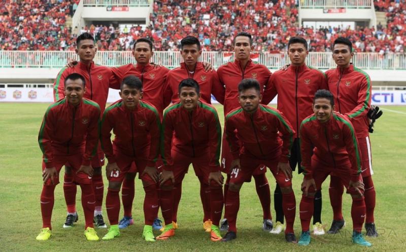 Sejumlah pesepak bola Timnas U-22 Indonesia melakukan sesi foto sebelum pertandingan persahabatan melawan Timnas Myanmar di Stadion Pakansari, Cibinong, Bogor, Jawa Barat, Selasa (21/3/2017).