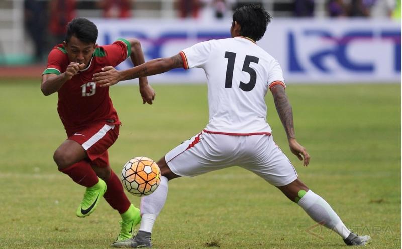 Pesepak bola Timnas U-22 Indonesia Febri Hariyadi (kiri) mencoba melewati pesepak bola Timnas Myanmar Phyo Ko Ko Thein pada pertandingan persahabatan di Stadion Pakansari, Cibinong, Bogor, Jawa Barat, Selasa (21/3/2017). Timnas U-22 Indonesia kalah dengan skor 1-3.
