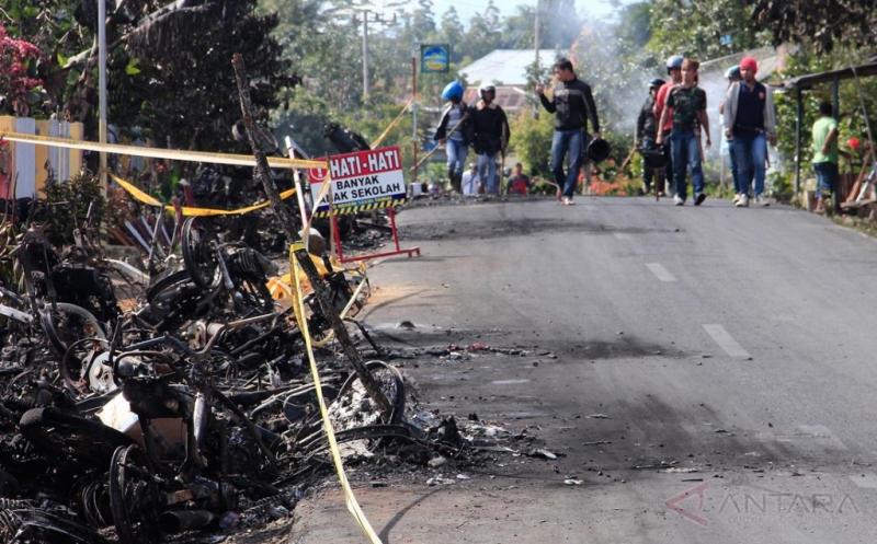 Sejumlah warga berjalan di sekitar kawasan peristiwa bentrok warga dua desa di Kecamatan Batang Merangin, Kabupaten Kerinci, Jambi, Selasa (21/3/2017). Sejumlah warga dari dua desa di Kecamatan Batang Merangin terlibat bentrokan pada Senin (20/3/2017) yang dipicu dan dilatarbelakangi persoalan sengketa lahan.