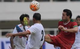 Pesepak bola Timnas U-22 Indonesia Ezra Walian (kanan) berebut bola dengan dua pesepak bola Timnas Myanmar Phyo Ko Ko Thein (kiri) dan Win Min Htut (tengah) dalam pertandingan persahabatan di Stadion Pakansari, Cibinong, Bogor, Jawa Barat, Selasa (21/3/2017). Indonesia kalah atas Myanmar dengan skor 1-3.