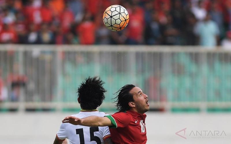 Pesepak bola Timnas U-22 Indonesia Ezra Walian (kanan) berebut bola di udara dengan pesepak bola Timnas Myanmar Phyo Ko Ko Thein dalam pertandingan persahabatan di Stadion Pakansari, Cibinong, Bogor, Jawa Barat, Selasa (21/3/2017). Indonesia kalah atas Myanmar dengan skor 1-3.