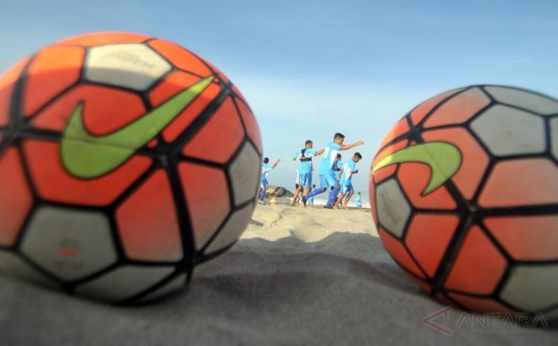 Sejumlah pesepakbola Semen Padang FC menjalani latihan fisik di Pantai Padang, Sumatera Barat, Rabu (22/3/2017). Latihan fisik di pantai menjadi agenda rutin yang dilakukan tim Kabau Sirah setiap kali melakukan persiapan menjelang kompetisi dan turnamen apa pun dalam rangka menjaga stamina pemain.