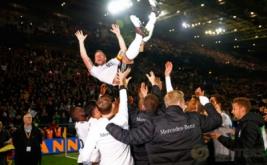 Lukas Podolski di lempar ke udara oleh rekan-rekan timnya seusai pertandingan persahabatan melawan Inggris di Stadion Signal Iduna Park, Dortmund, Jerman pada Kamis (23/3/2017) dini hari WIB. Jerman sukses menaklukkan The Three Lions -julukan Inggris- dengan skor tipis 1-0. (Reuters / Wolfgang Rattay)